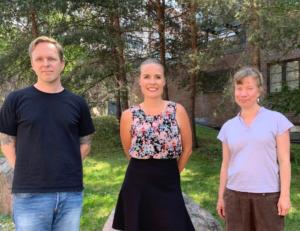 Kuvassa ulkona Taneli Saari, Kerttu Kotakorpi ja Hanna Rintala